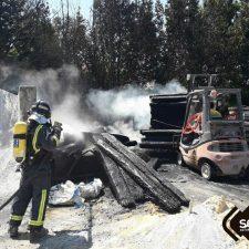 Los bomberos sofocan un incendio en una nave industrial de Ribadesella
