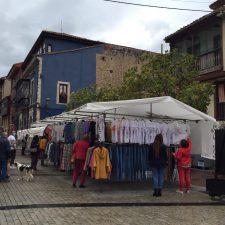 El mercado semanal de Ribadesella luce todo su esplendor con la totalidad de sus vendedores ambulantes