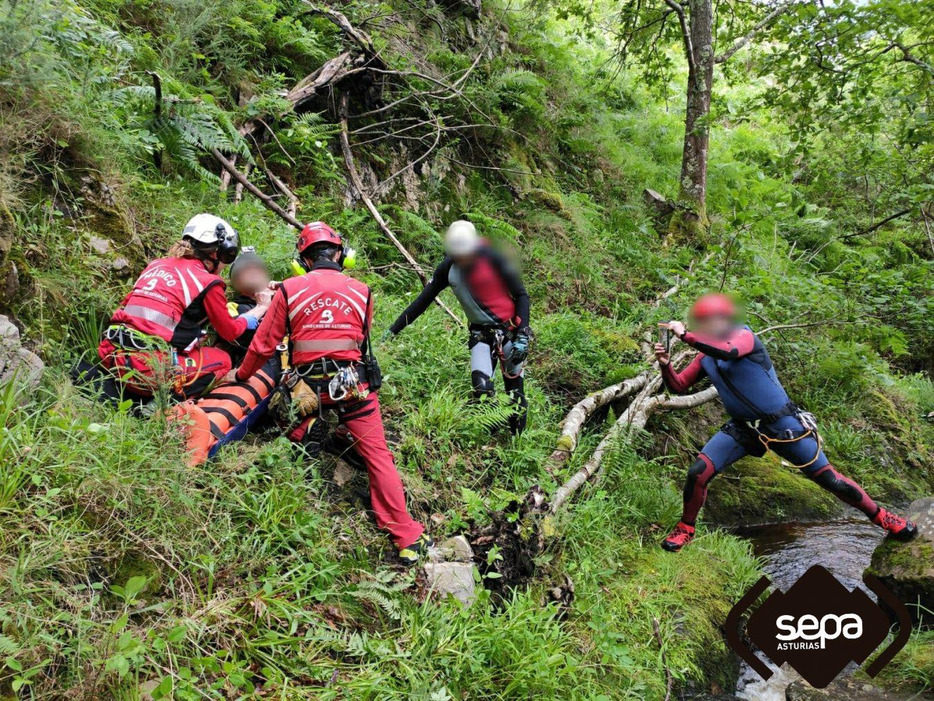 Rescatan a un hombre que se sufrió un accidente cuando practicaba barranquismo en Ponga