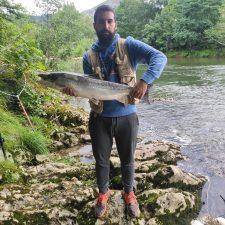 El cangués Daniel del Valle saca el salmón 100 del Sella y el cabraliego Andrés Tolosa pesca uno de 9,200 kg en el Cares