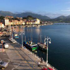 Llegan a Ribadesella el primer velero de la temporada y un clásico del verano