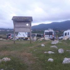 Los autocaravanistas cambian la playa de Vega por los acantilados de Cuerres, donde ya pernoctan decenas de vehículos vivienda