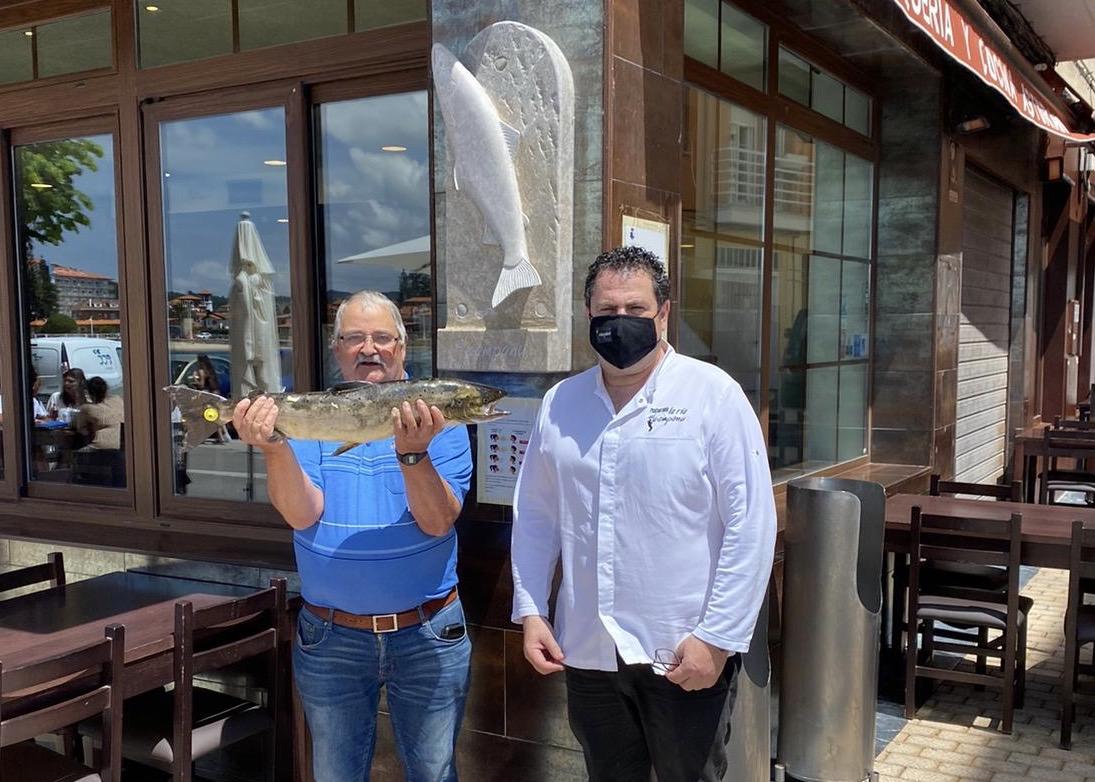 El Campanu del Esva visita la villa de Ribadesella antes de filetearse en Gijón