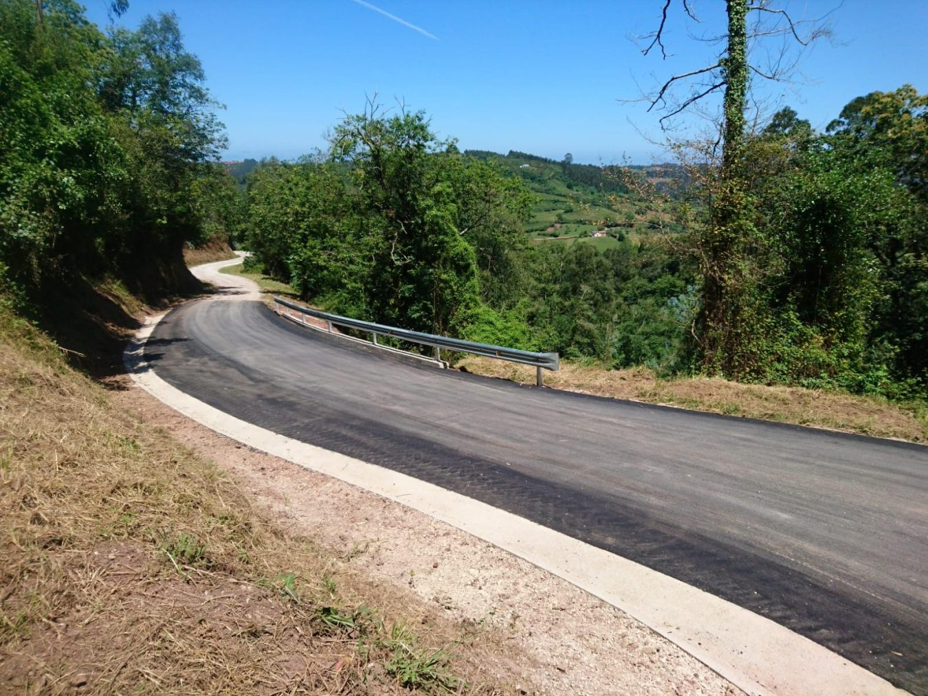 Concluye la reparación de la carretera que une Pernús y Villaescusa en el concejo de Colunga