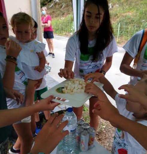 Los alumnos del Campus de Atletismo de Llanes también limpian la playa de Toranda