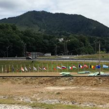 Arriondas ya honra a las víctimas del coronavirus con 26 banderas internacionales izadas a media asta