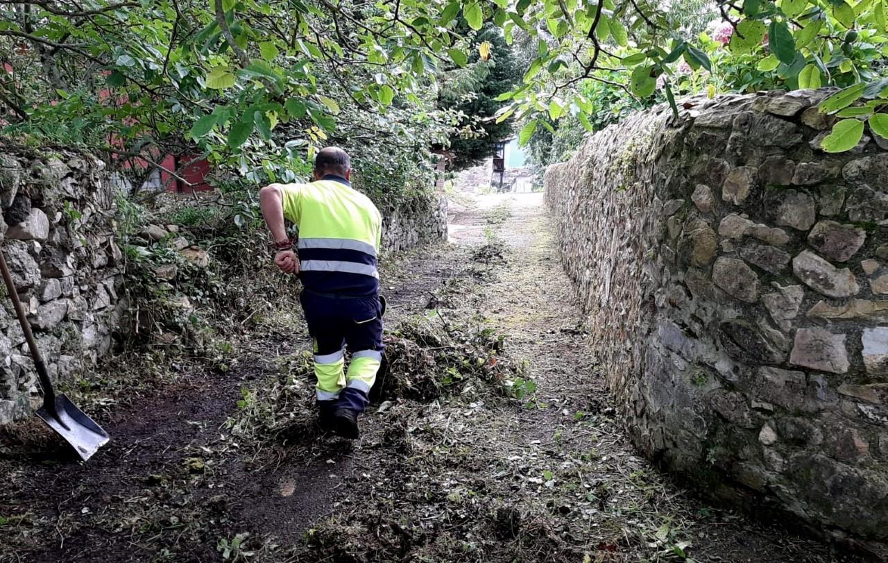 El plan de limpieza de Llanes llega a Piñeres, Cuetu Meré, Palacio de Ardisana y Colmenera