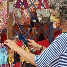 La obligatoria mascarilla, se convierte en el producto estrella de la Feria de Artesanía de Ribadesella