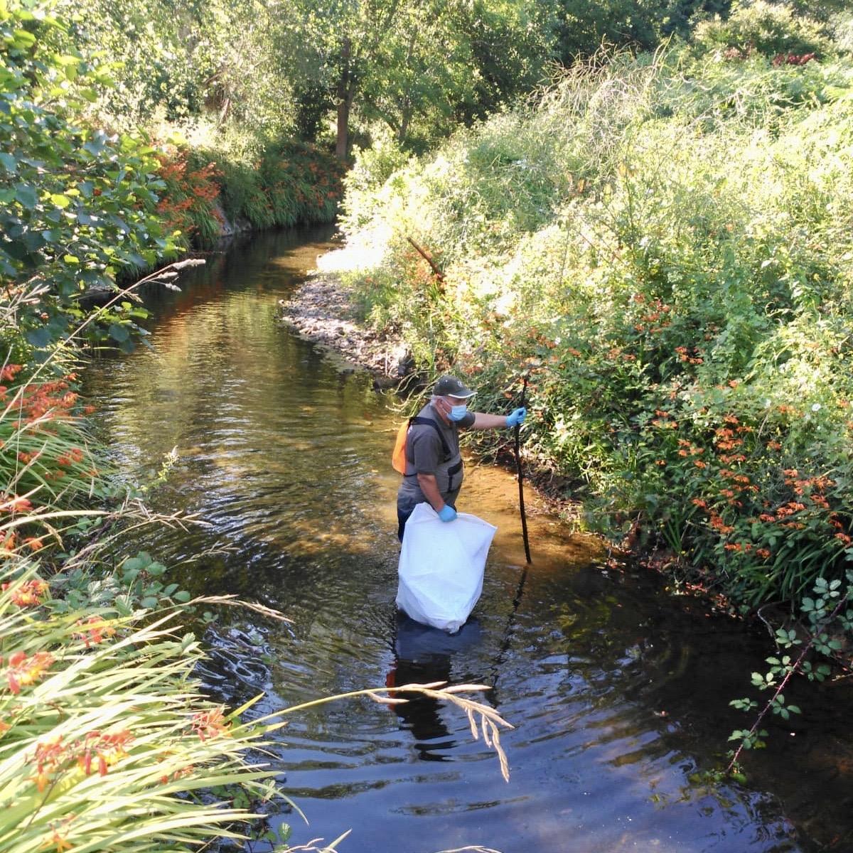 Retiran una veintena de sacos de residuos en la jornada de limpieza desarrollada en el río Acebu de Ribadesella