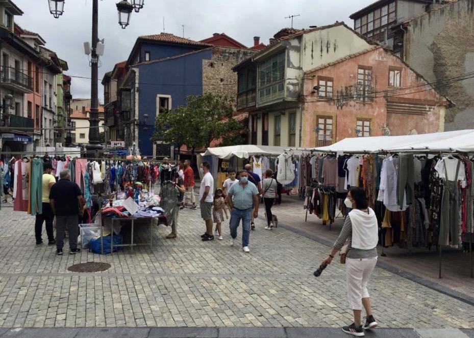 El mercado semanal de Ribadesella se traslada por completo a su lugar de costumbre