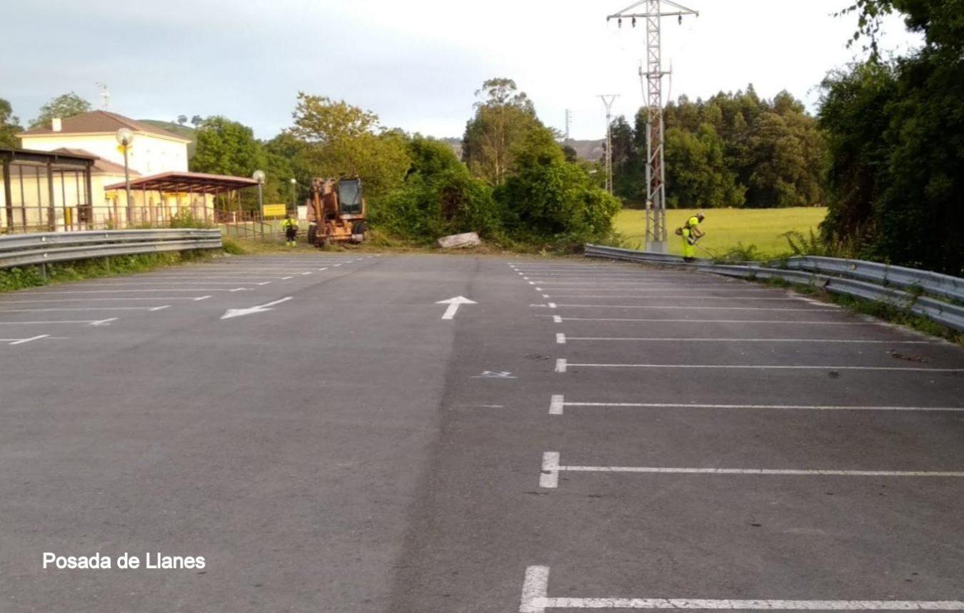 El plan de desbroce y limpieza de espacios públicos continúa por el concejo de Llanes
