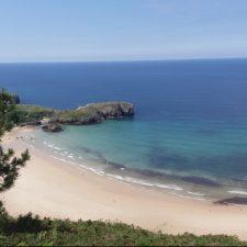 El Plan de Empleo de Llanes mejora y señaliza el aparcamiento de la playa de Torimbia