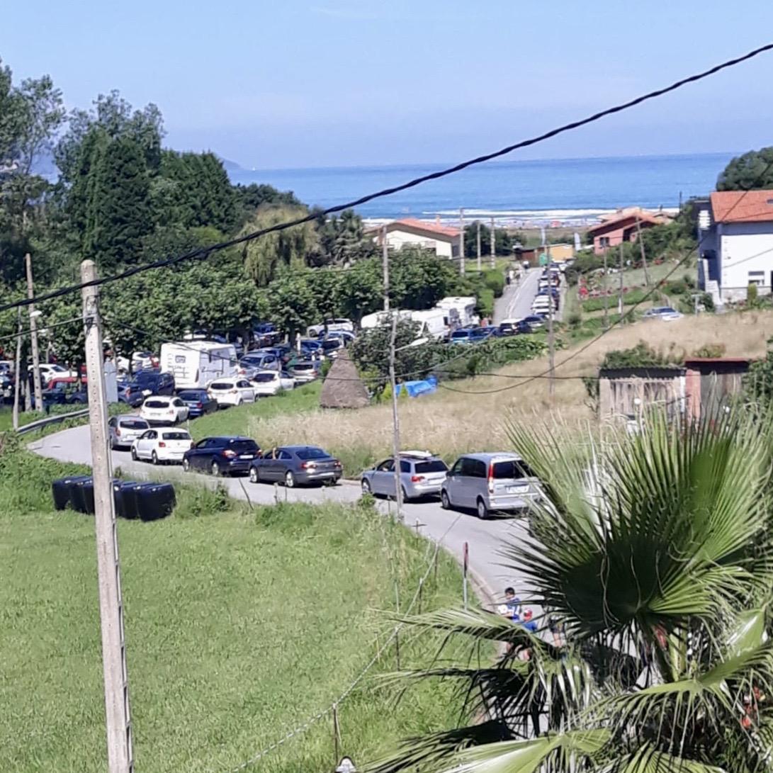 El Ayuntamiento de Ribadesella cortará la carretera de acceso a la playa de Vega cada vez que se llenen sus plazas de aparcamiento