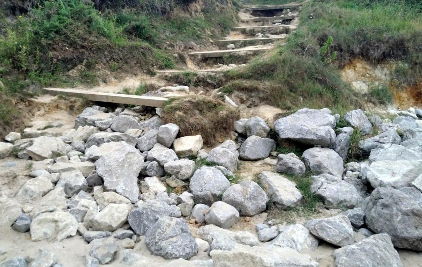 El Ayuntamiento de Llanes inicia el acondicionamiento del acceso a la playa de La Canal, en Villanueva de Pría