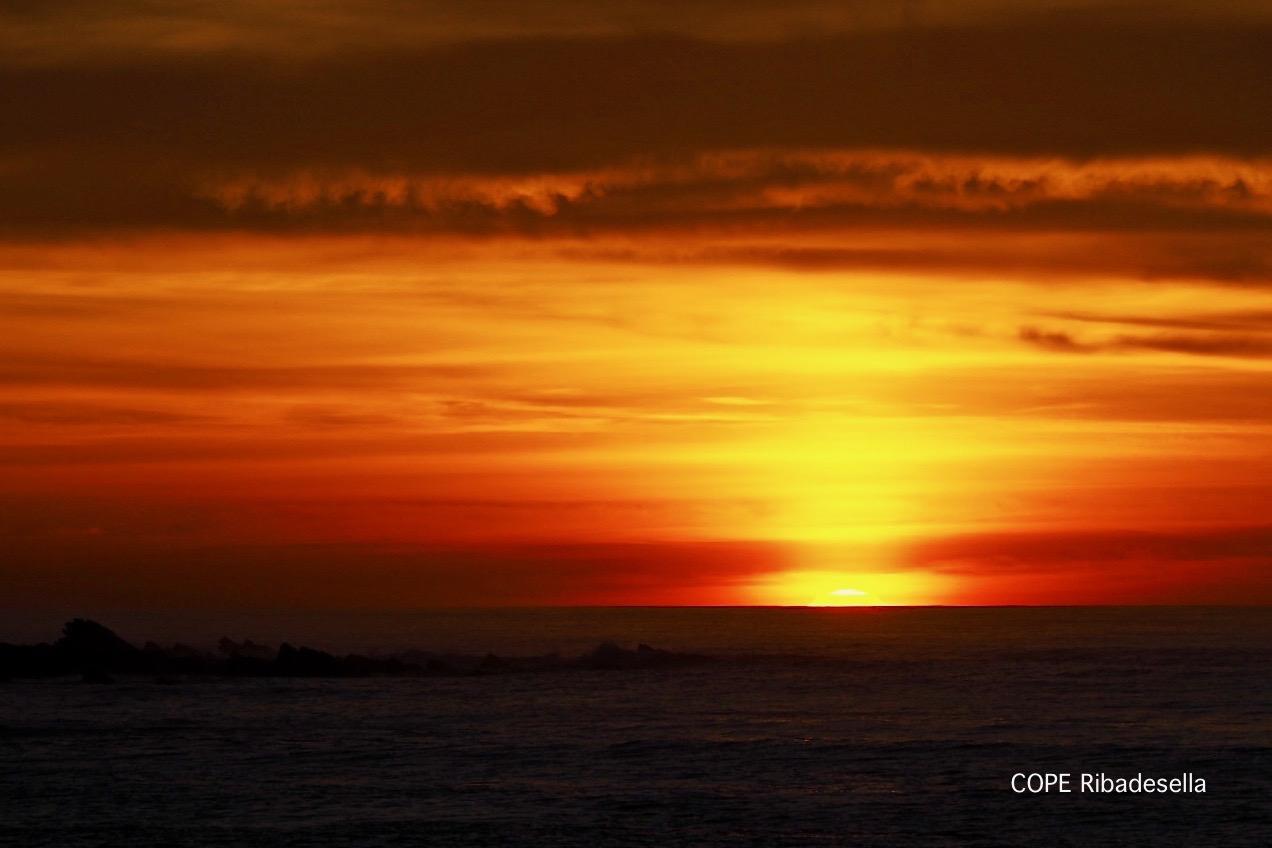El verano de la pandemia nos sigue ofreciendo espectaculares puestas de sol en la villa de Ribadesella