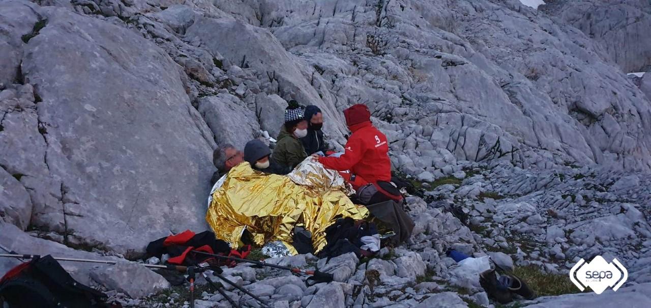 Los Bomberos rescatan a una familia en los Picos de Europa después de pasar la noche con ellos