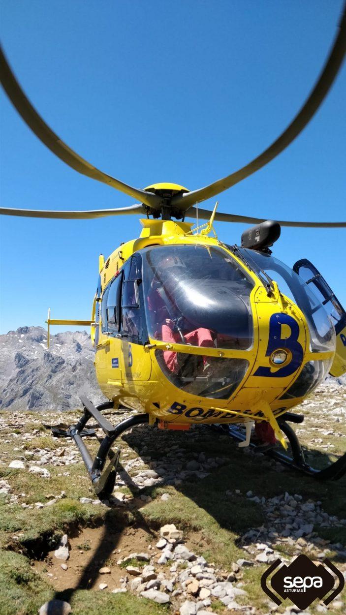Un montañero se queda tres horas colgado en una pared de los Picos de Europa tras sufrir una caída de treinta metros