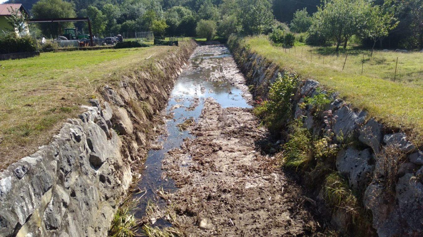 La limpieza de la riega de Bustiello en Vibañu (Llanes) entra en su recta final