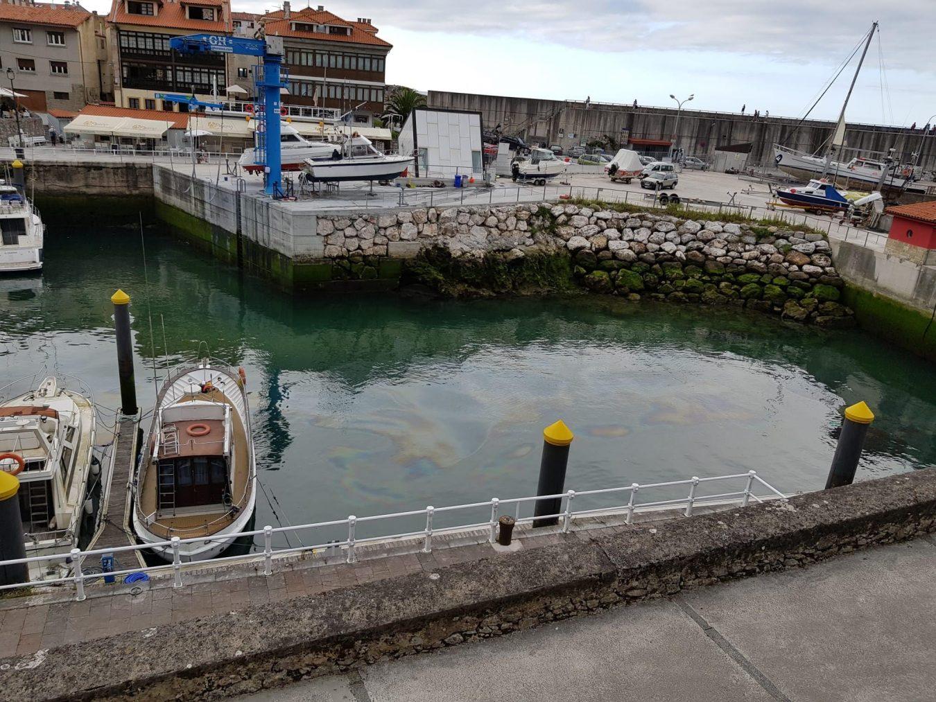 Denuncian nuevos vertidos oleaginosos en el puerto de Llanes