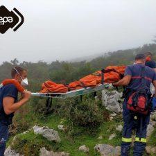 Los Bomberos de Cangas portean durante kilómetro y medio a un montañero lesionado junto a Los Lagos