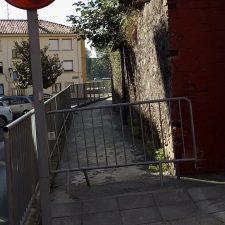 Cierran un tramo de la calle San Antonio de Arriondas a los peatones ante la posible caída de cascotes