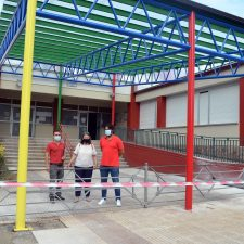 El Colegio Público Peña Tu de Llanes estrena la nueva cubierta instalada en el patio de acceso al centro