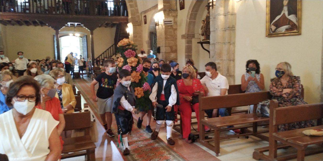 Benia de Onís despide a su párroco durante la celebración de la Virgen de Castru