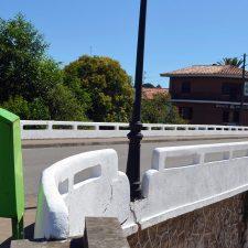 El puente sobre el río Ereba de Nueva de Llanes, ya luce con un blanco inmaculado