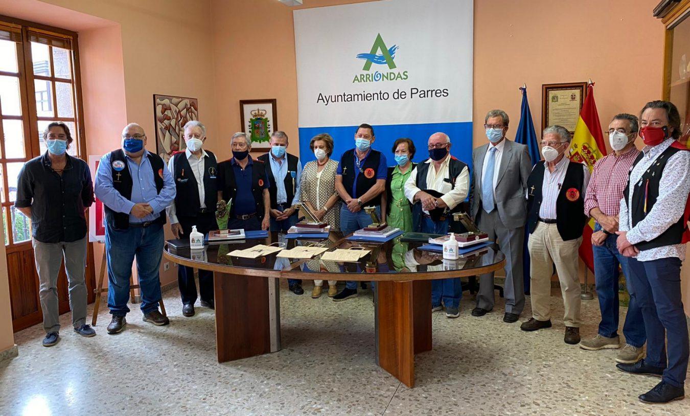 Familiares de los pioneros del Sella en la ofrenda floral al busto de Dionisio de la Huerta en el 90 Aniversario del primer descenso