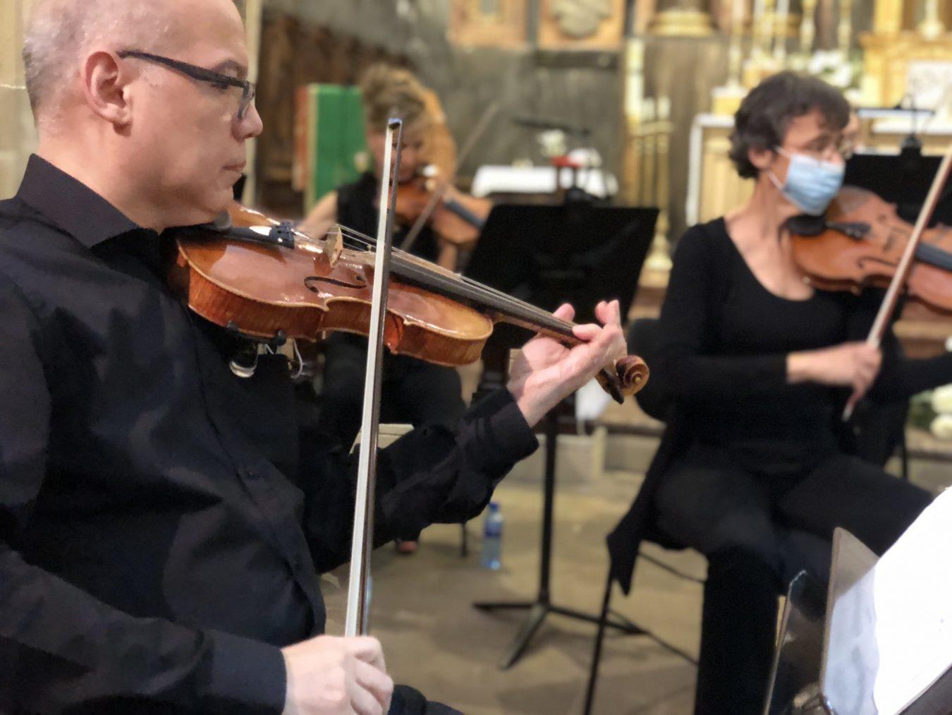 La Orquesta de Cuerda de la OSPA también entusiasma al pueblo marinero de Lastres