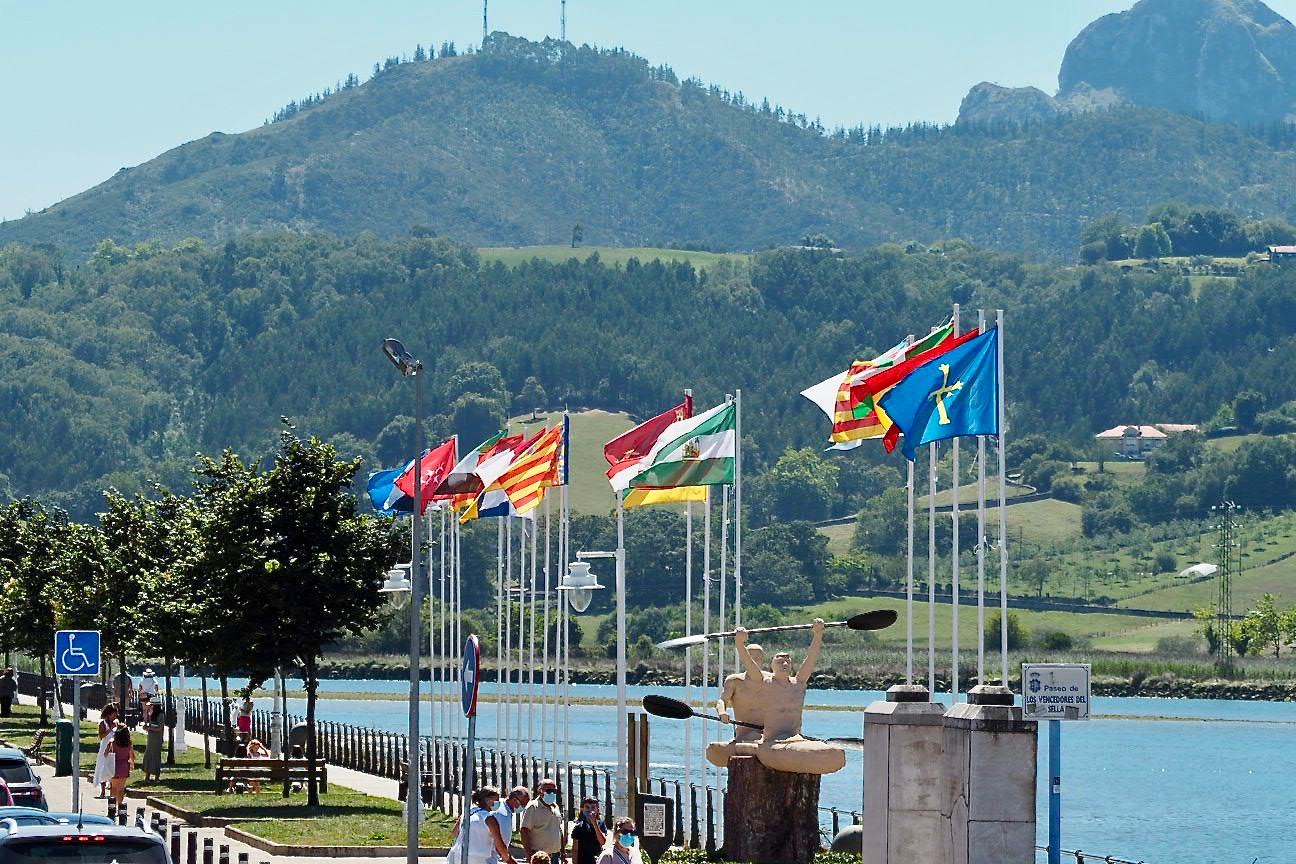 Ribadesella se engalana para Les Piragües e iza las banderas de las Comunidades Autónomas
