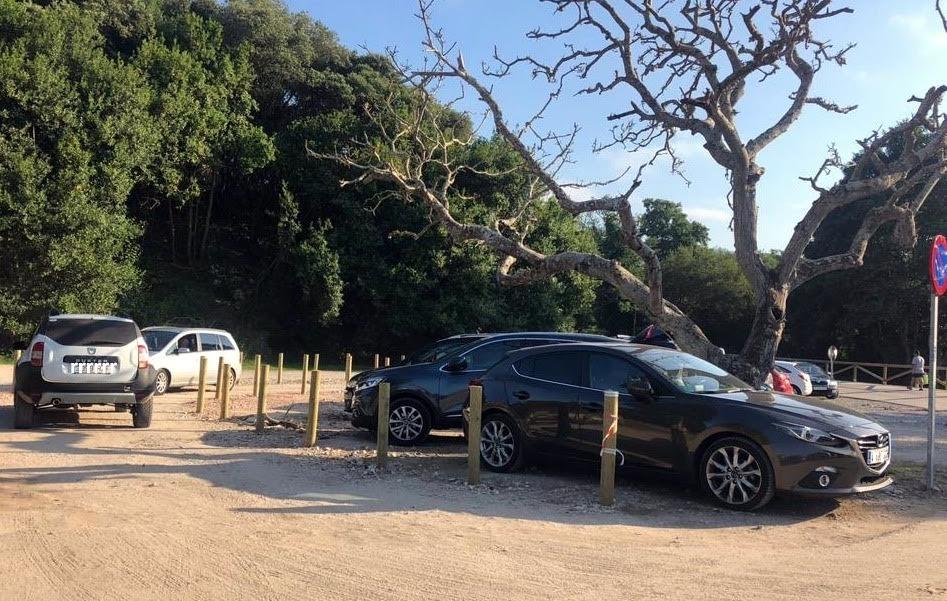 Destrozan la señalización y la raqueta que se había creado en la playa de Cuevas del Mar para ordenar el tráfico
