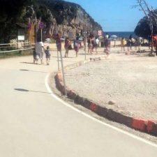 El Ayuntamiento de Llanes reconstruye la raqueta que ordena el tráfico en la playa de Cuevas del Mar