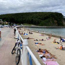 La playa de Ribadesella se prepara para la mereona de agosto, prevista para este miércoles
