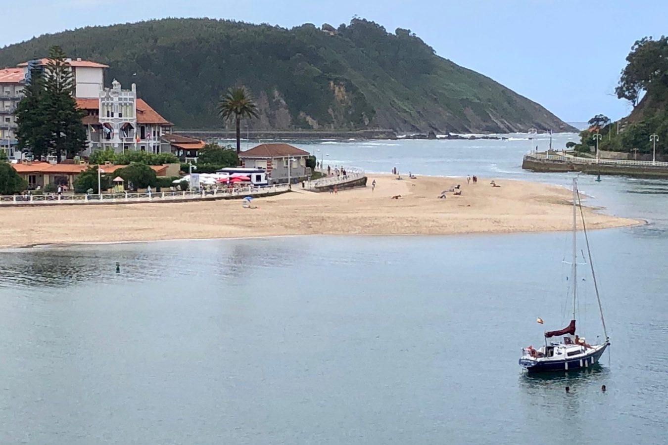 Prohiben el baño en la playa de Ribadesella por las condiciones higiénico-sanitarias del agua