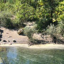 Los ecologistas denuncian un escandaloso vertido en el río Dobra, en una zona próxima a su desembocadura en el Sella