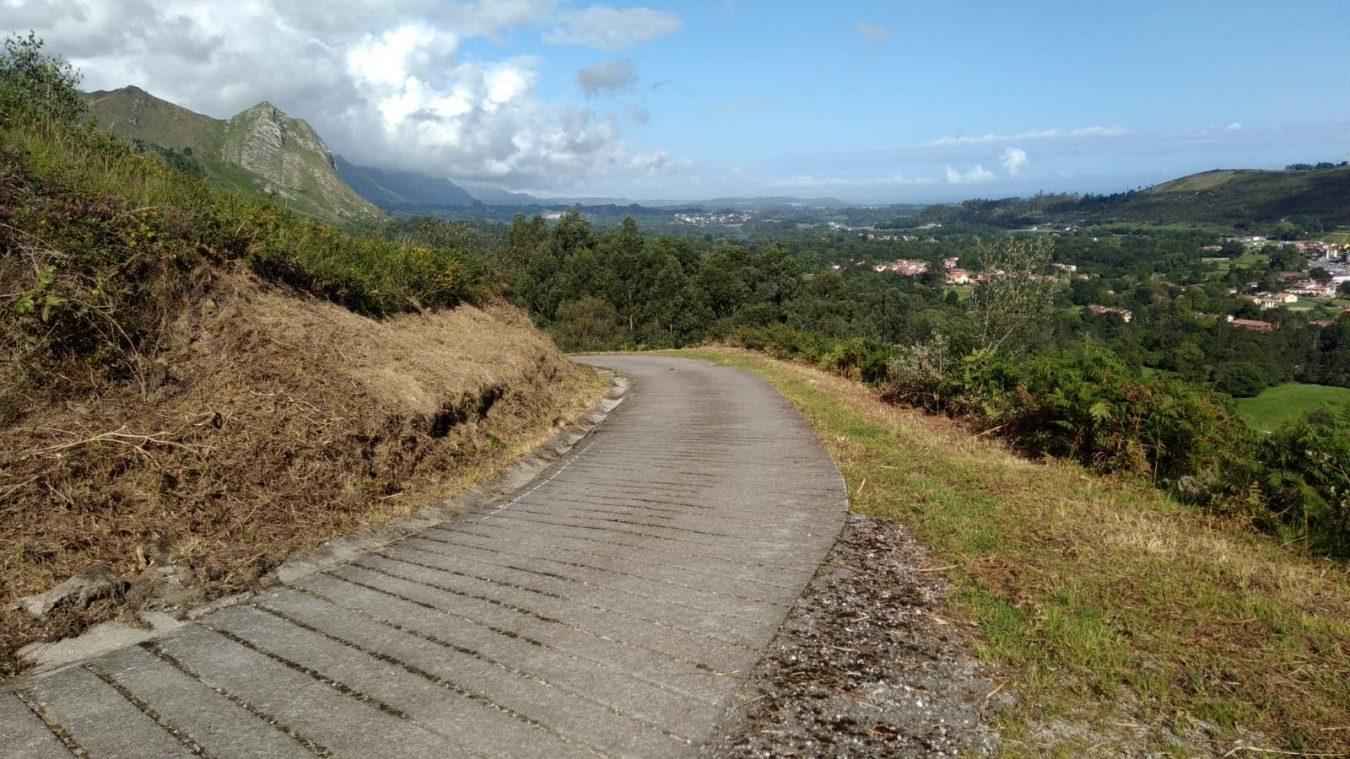 Concluída la limpieza de la pista ganadera que sube a la rasa de San Roque del Acebal