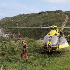 Dos chavales de Llanes salvan de morir ahogados en la playa de San Martín a un padre y su hija