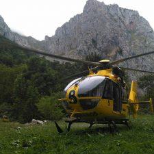 Trasladada al HUCA una mujer de 66 años que se fracturó una pierna en Bulnes (Cabrales)