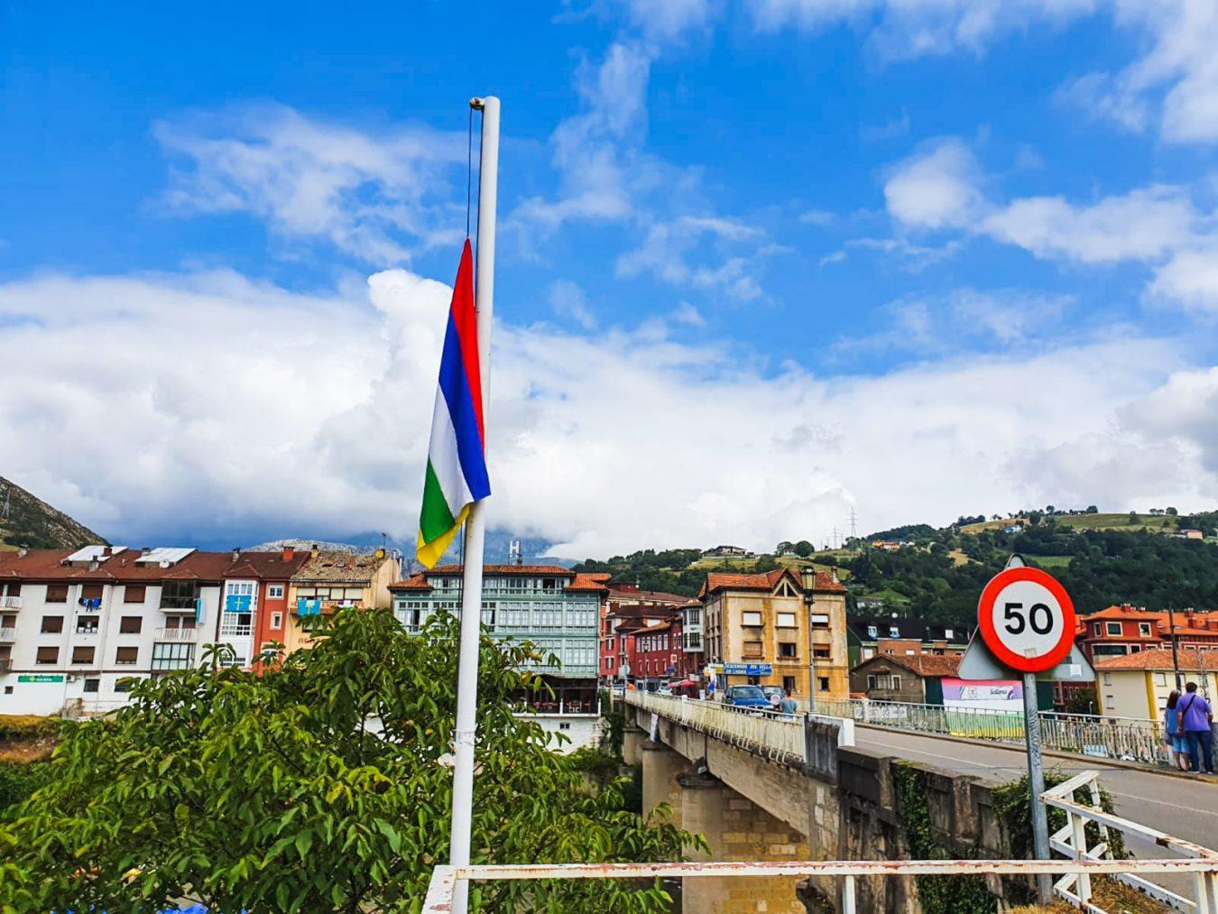 La bandera de Selleros ya ondea a media asta en el puente de Arriondas