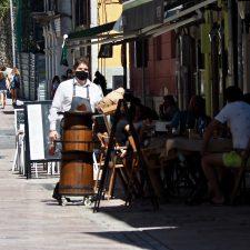 Sanidad prohíbe fumar en la calle, limita el horario de los bares y cierra las discotecas ante el avance de la Covid-19