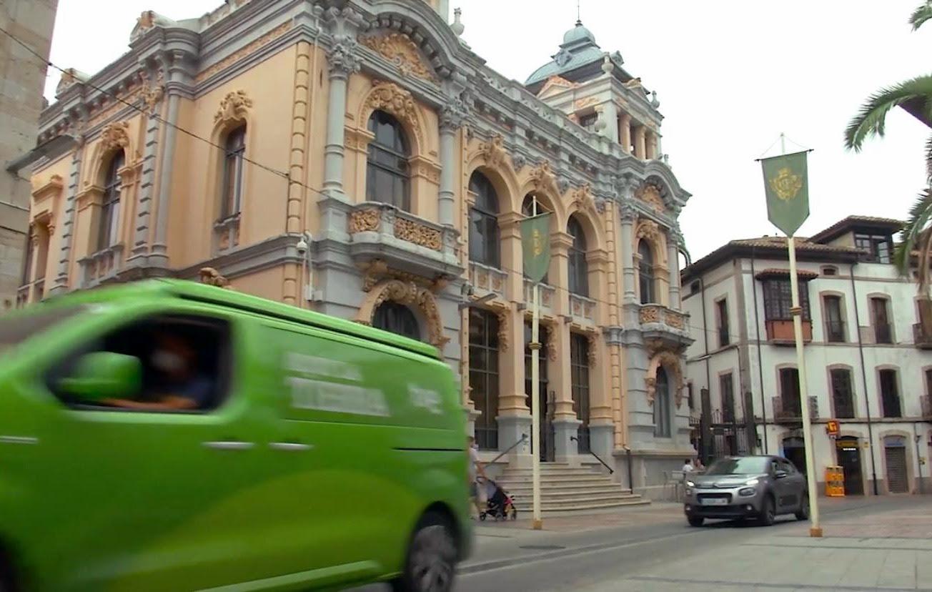 La furgoneta verde de Aquí La Tierra (TVE) visita el concejo de Llanes para grabar un reportaje que se emitirá este domingo