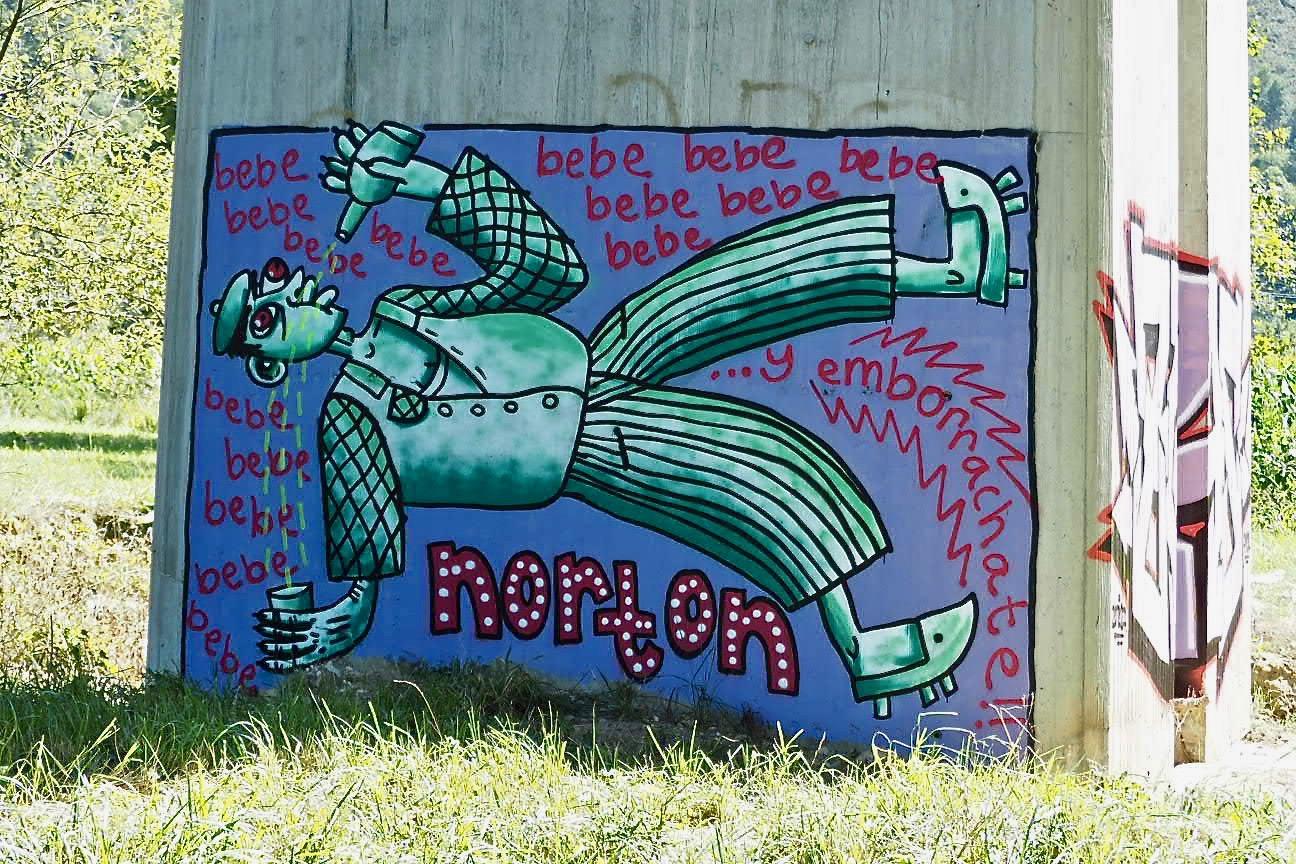 Arte callejero y gráffitis sobre las pilastras del viaducto del Sella en los riosellanos Campos de Obra