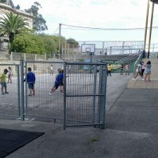 El curso escolar comienza con algunas aglomeraciones a la entrada del colegio público de Ribadesella que habrá que corregir
