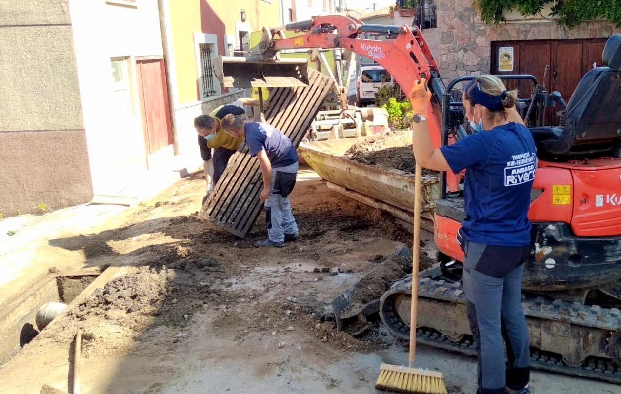 El Ayuntamiento de Llanes retira los escombros acumulados en las calles de Cue y mejora un camino en Los Carriles