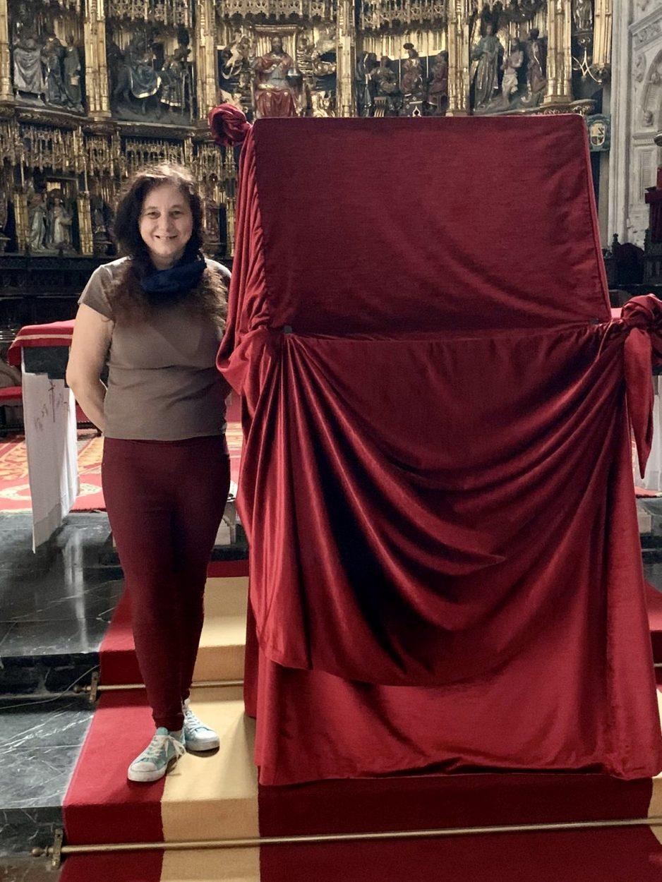 Una costurera riosellana crea el manto que cubre el sitial donde se exhibe el Santo Sudario de la Catedral de Oviedo