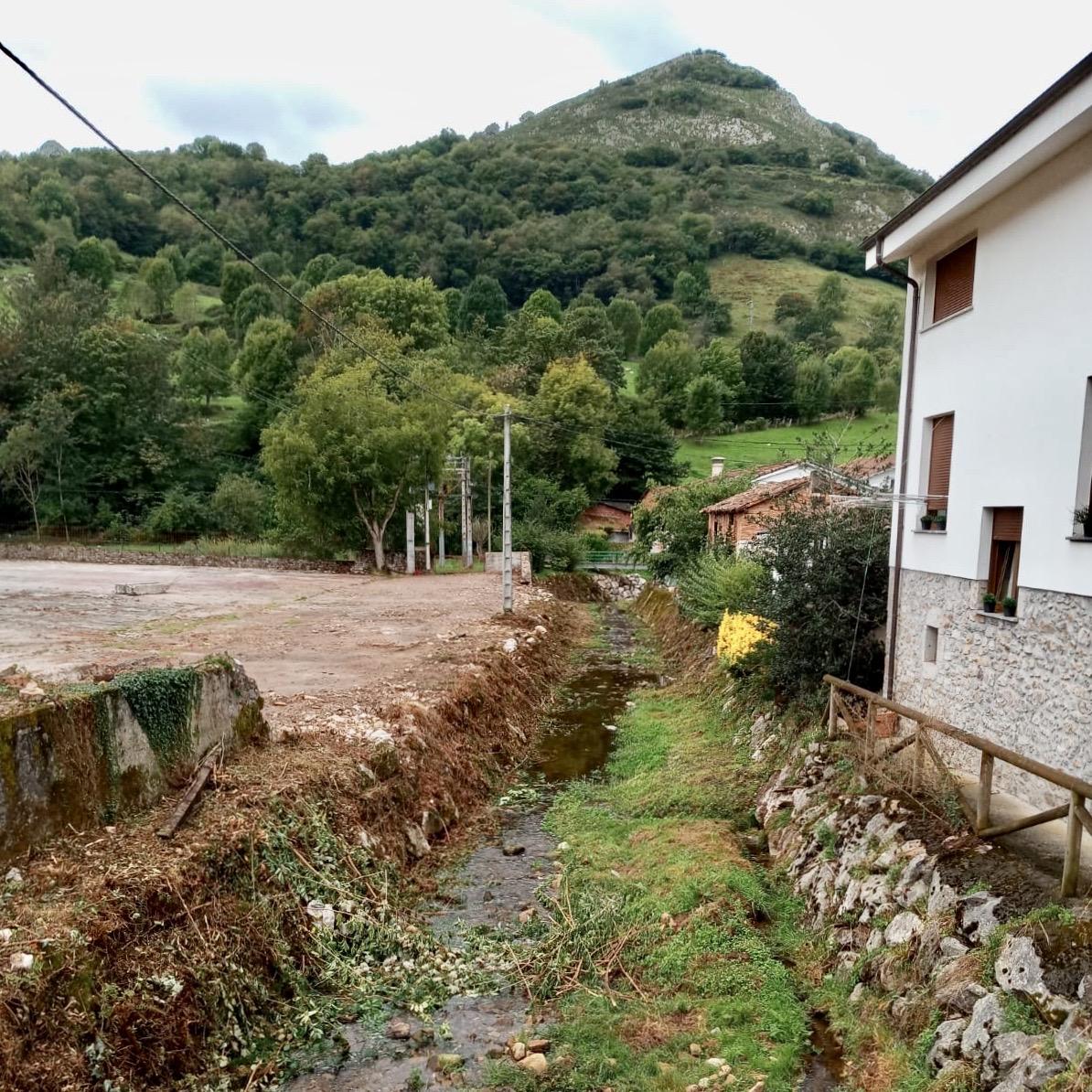 El Ayuntamiento de Onís mejora la cubierta del centro de visitantes del Quebrantahuesos y el cauce de algunos ríos