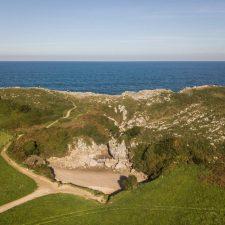 Podemos Llanes propone limitar el acceso a la playa de Gulpiyuri