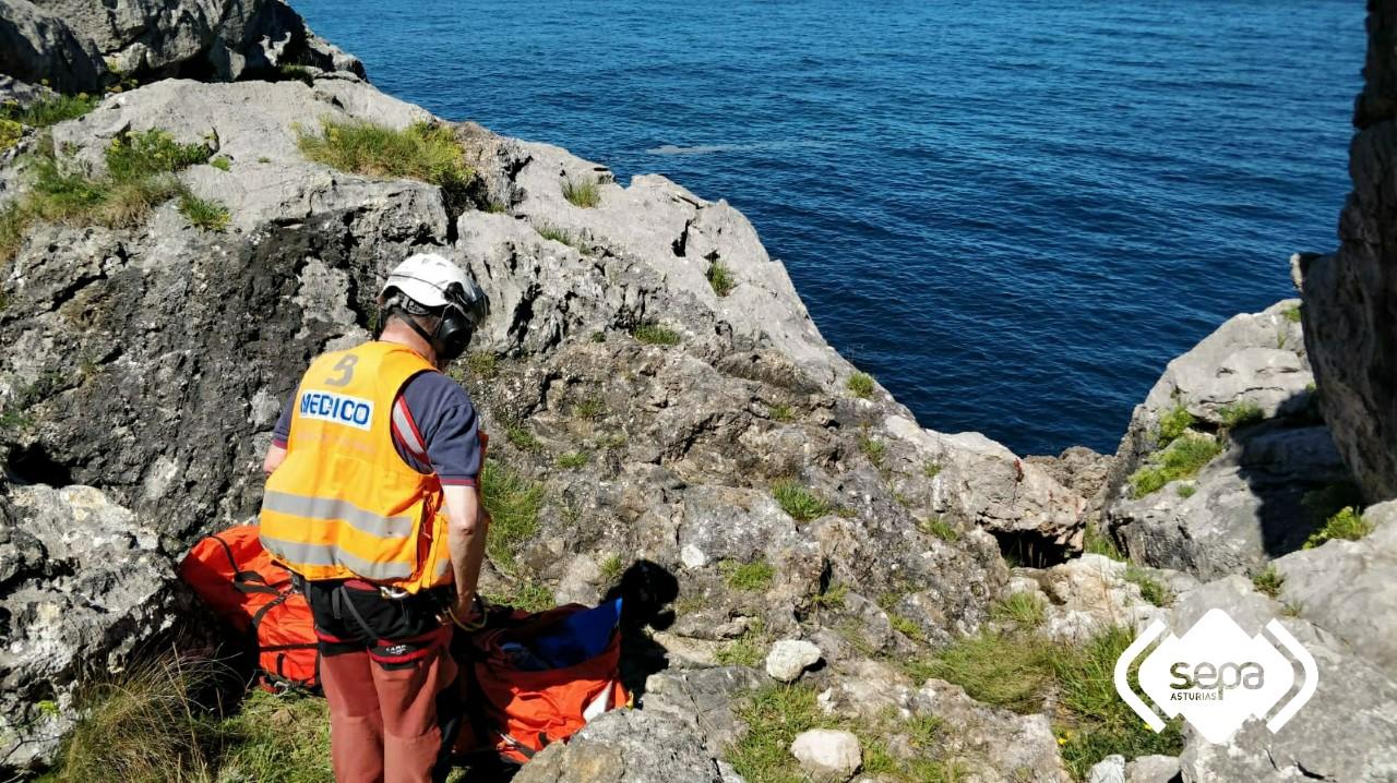 Pronóstico reservado para una mujer que se cayó unos 15 metros por un acantilado de Pendueles (Llanes)