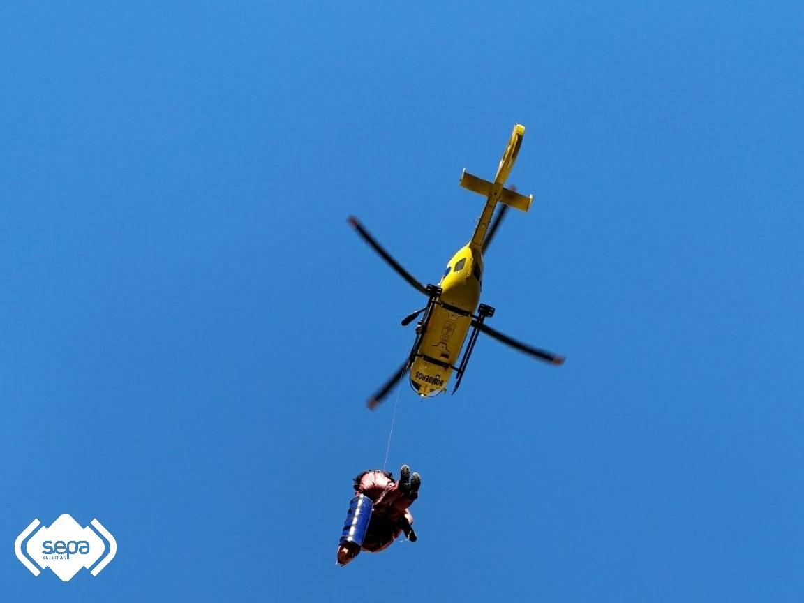 Trasladado al hospital de Arriondas un senderista que se lesionó una pierna en la Ruta del Cares